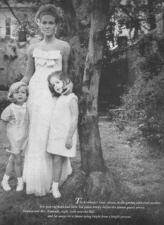 Joan Bennett Kennedy and children, circa 1965 Los Kennedy, Caroline Kennedy, John F Kennedy, J Jones, Familia Kennedy, Vintage Glamour, Vintage Style, Vintage Fashion, Joan Bennett