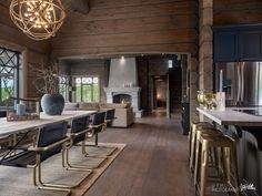 Nyoppført lekker hytte med flott og attraktiv beliggenhet. | FINN.no Winter Cabin, Cozy Cabin, Cabin Homes, Log Homes, Living Room Styles, Modern Rustic Homes, Beautiful Houses Interior, Cabin Interiors, Indoor Outdoor Living
