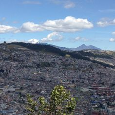Quito desde El Panecillo, en el fondo volcanes Cotopaxi e Ilinizas