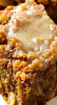 Glazed Apple Crumb Cake ~ use gluten free oat flour.Moist, buttery cinnamon apple crumb cake piled high with a sweet cinnamon crumb topping and a warm vanilla glaze drizzled over top. Fall Desserts, Just Desserts, Dessert Recipes, Apple Desserts, Health Desserts, Cookie Recipes, Apple Recipes, Sweet Recipes, Food Cakes