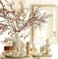 stilvolle Tischdekoration mit unterschiedlichen Porzellanfiguren von Hasen