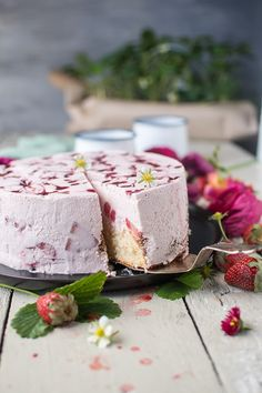 Erdbeer-Joghurt-Torte: Direkt ab in den Erdbeerhimmel Strawberry yoghurt cake: Go straight into the strawberry sky ⋆ Crunchy cake – No Bake Cookies, Cake Cookies, No Bake Cake, Cupcakes, Yogurt Recipes, Strawberry Recipes, Austrian Recipes, Moist Cakes, Sweet Bread