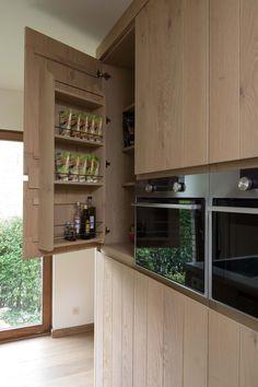 Eikenhouten keuken met modern design. Kitchen Dinning Room, Rustic Kitchen, Kitchen Decor, Kitchen Pantry, Kitchen Cabinets, Dining Area Design, Plywood Kitchen, Home Kitchens, Bar
