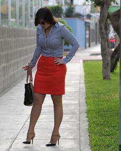 Divina Ejecutiva: Mis Looks - La falda naranja y camisa a rayas Sexy Older Women, Sexy Women, Curvy Women Fashion, Womens Fashion, Classic Work Outfits, Women With Beautiful Legs, Proper Attire, Look Office, Pantyhose Outfits