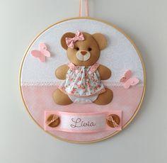 Enfeite para porta de maternidade em bastidor com tema de Ursinha com Vestido. Pode ser personalizado com o nome do bebê e feito nas cores e estampas que preferir.  Confeccionado em feltro e tecido 100% algodão.  Medida: cerca de 30 cm de diâmetro