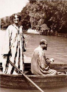 Gustav Klimt ed Emilie Flöge  Klimt e la compagna fotografati probabilmente sull'Attersee il lago vicino a Vienna dove il pittore trascorse per diversi anni i mesi estivi.