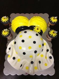 Ble Bee Themed Baby Shower Cake