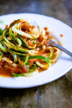 Zucchini-Nudeln mit Arrabiata-Tomatensoße von Küchenchaotin | KOCHHELDEN.TV