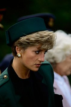 HRH Diana, Princess of Wales visited the Prague War Cemetery during a trip to Czechoslovakia on May 1991 (Prob not Prague but London) Real Princess, Princess Charlotte, Princess Of Wales, Lady Diana Spencer, Kate Middleton, Diana Fashion, Princes Diana, Diane, Elisabeth