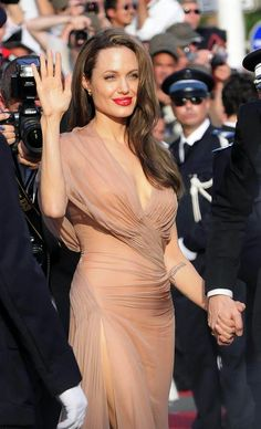 Get the Look: Angelina Jolie's Hair and Makeup at Cannes Film Festival! Angelina Jolie Pregnant, Angelina Jolie Makeup, Angelina Jolie Style, Brad And Angelina, Brad Pitt And Angelina Jolie, Beautiful Gowns, Most Beautiful Women, Beautiful People, Estilo Real
