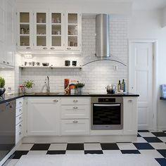 cozinha branca com piso preto e branco
