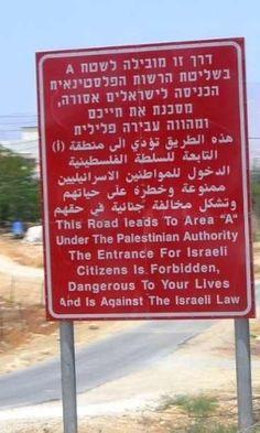 """Localizada na Cisjordânia, na entrada da estrada que leva à cidade de Jericó (habitada por uma população majoritariamente palestina), esta placa, feita pelo governo israelense, avisa: """"a entrada de cidadãos israelenses é proibida, perigosa para suas vidas e contra a lei israelense"""".  Fotografia: Beeswax / Creative Commons.  https://viagem.uol.com.br/album/2016/01/18/dos-eua-a-nova-zelandia-veja-placas-de-transito-curiosas-pelo-mundo.htm#fotoNav=7"""
