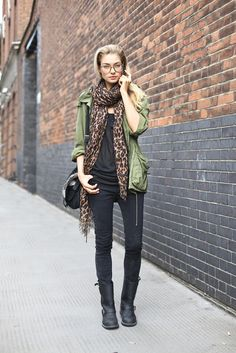 Jessica Hart is wearing my favourite weekend outfit: black skinny jeans, biker boots, army parka, leopard scarf and nerdy glasses. Models Off Duty, Fall Outfits, Cute Outfits, Black Outfits, Top Mode, Jessica Hart, Leopard Print Scarf, Cheetah Print, Leopard Prints