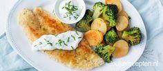 Zelfgemaakte krokante schnitzels van vis met een roerbak van aardappel en broccoli