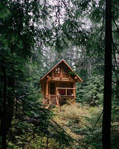 Rustic Cabin Exterior Want to become more self-sufficient and live off the grid? Tiny Cabins, Tiny House Cabin, Log Cabin Homes, Cabins And Cottages, Small Log Cabin, Rustic Cabins, Log Cabin Kits, Cabin Plans, Log Cabins For Sale