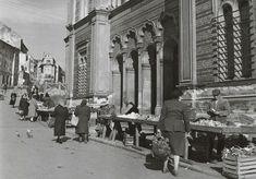 Ulice a námestia - Trh pred Židovskou synagógou - Pohľady na Bratislavu Bratislava, Alexandria, Old Photos, Street View, Nostalgia, Times, Sign, Google, Vintage