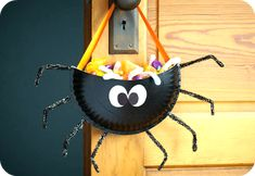 Delight your kids with cute homemade candy holders that just scream Halloween. For more functional crafts, visit P&G everyday today! Sac Halloween, Halloween Taschen, Halloween Goodie Bags, Scream Halloween, Halloween Goodies, Halloween Snacks, Halloween Games, Halloween Candy, Holidays Halloween