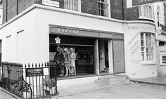 Archie McNair helped Mary Quant invent Bazaar, her fashion boutique on King's Road, Chelsea, London. In its basement, he and Alexander Plunket Greene established Alexander's restaurant. Mary Quant, Kensington And Chelsea, Chelsea London, Green Pumps, Sixties Fashion, Greater London, London Photos, Shop Interior Design, British Style