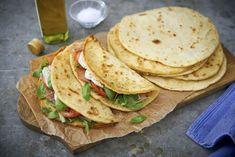Piadina är italienska tunnbröd som bakas i stekpanna. Används och serveras på samma sätt som pitabröd eller tortillas.