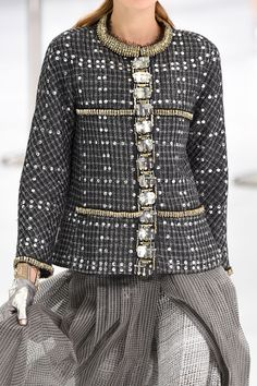 sofiazchoice: Chanel at Paris Fashion Week Spring 2016 Bonjour,nous sommes Katarina et Violeta. Chanel Fashion Show, Paris Fashion, High Fashion, Fashion Beauty, Womens Fashion, Chanel Style, Fashion Black, Couture Outfits, Couture Fashion