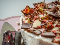 Diese Yoguretten Torte ist fruchtig-frisch und super schnell aus Biskuit, Sahne, Quark, Erdbeermarmelade und eben Yoguretten gemacht.