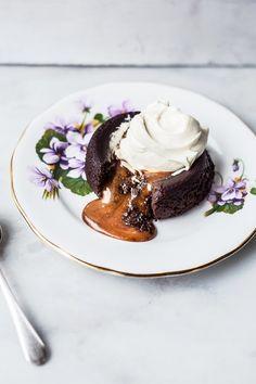 Pastel de chocolate con relleno de cajeta