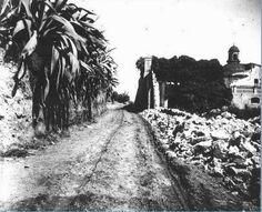 L'antic camí de la Travessera davant de la Torre Xifré ja mig en ruïnes. 1901  -  Font: Arxiu Històric de Sant Pau,