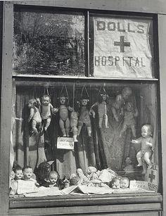 Max Dupain - The Dolls' Hospital. S)