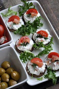 Tartinki z łososiem i serkiem na pumperniklu Tapas, Snacks Für Party, Appetizers For Party, Appetizer Salads, Appetizer Recipes, Good Food, Yummy Food, Salty Snacks, Food Platters