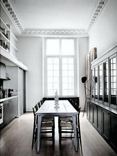 #reforma #cocina en piso rehabilitado con muebles color carbón, vitrina, mesa central de estilo industrial, suelo de parqué.