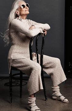 While I recover from Beach Brain, here are some fabulous photos of Daphne Selfe. The model has written a book The Way We Wore about her 'life in clothes' (a memoir based on her diaries). Fashion Over 50, Look Fashion, Womens Fashion, Blonde Grise, Daphne Selfe, Stylish Older Women, Eyewear Trends, We Wear, How To Wear