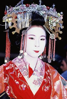 Tayuu, 1988 (notice: in front of her elaborate hairstyle she has the same kanzashi as maiko wear) Kimono Japan, Japanese Kimono, Japanese Fashion, Japanese Art, Geisha Hair, Cherry Blossom Girl, Tape Art, Oriental Fashion, Japanese Culture