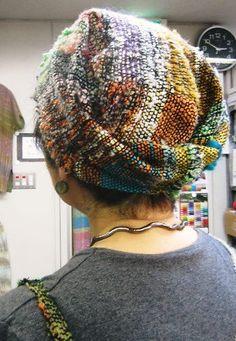 Saori hat from the Saori Yokohama studio Pin Weaving, Loom Weaving, Weaving Textiles, Weaving Patterns, Knit Crochet, Crochet Hats, Creative Textiles, Weaving Projects, Tear