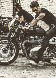 Looks like new triumph bobber Triumph Bonneville, Bonneville Cafe Racer, Triumph Motorcycles, Vintage Motorcycles, Bonneville Motorcycle, Scrambler Moto, Triumph Cafe Racer, Chopper Cruiser, Blitz Motorcycles