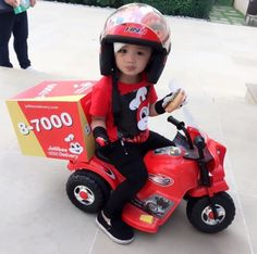 And our favorite superhero, Jollibee delivery guy. | 21 Filipinos Who Did Halloween 2016 Right
