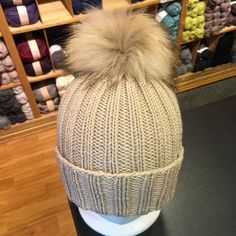 Ribbestrikket lue med pelsdusk Wicker, Winter Hats, Knitting, Blog, Owl Hat, Knits, Patterns, Diy, Fashion