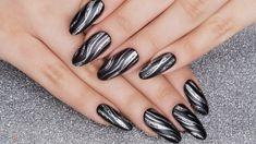 Manicure unghie gel nere forma a mandorla, decorazioni effetto onde colore  argento