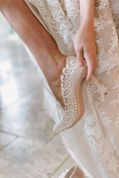 Nude pumps with lace