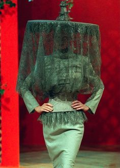 Philip Treacy for Givenchy Haute Couture Spring/Summer 1999 by Alexander McQueen Weird Fashion, Look Fashion, Runway Fashion, Fashion Art, High Fashion, Womens Fashion, Fashion Design, Fashion Details, Alexander Mcqueen