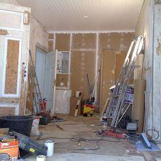 11 - Tässä vaiheessa eteistila alkoi hahmottua. Uudet oviaukot tehty,  uusi huoneistojen välinen palo-/teknikkaseinä rakennettu, lattia ja alkuperäiset ovet karmeineen uudelleenasennettu, seinien kalkkirappausten vauriot paikattu uudella kalkkiputsilla, katto paneloitu helmiponttipaneelilla ja sähkö- sekä lämmitysputket piilotettu alapohjarakenteeseen.  Oli siis aika aloittaa normaali pintaremontti! #helppoajanopeaa #washngo