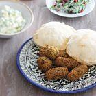 Falafel voor 300 gram gedroogde kikkererwten ('Deze falafel aten we in Jenin, bij Al Umbashi, een van de beste falafelplekken in town. Knapperig vanbuiten, smeuïg en kruidig vanbinnen. Geserveerd met zijdezachte hummus, pittige tahinasaus, frisse salades en zoutzure pepers en komkommers. Erbij versgebakken kmaj, ofwel pitabroodjes. Super-fastfood!' - Nadia Zerouali & Merijn Tol)