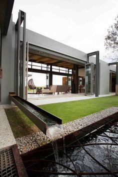 maison moderne et bassin d'extérieur pour jardins aquatiques