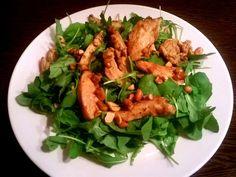 Mogyorós indiai csirkecsíkok rukkola ágyon Tandoori Chicken, Thai Red Curry, Bors, Meat, Ethnic Recipes, Cilantro
