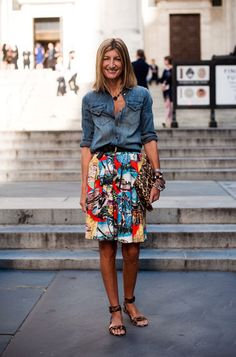 Vanessa Jackman: New York Fashion Week SS Rutson, fashion editor - chambray shirt, Hawaiian print full skirt, leopard clutch and heels Style Work, Mode Style, Style Me, Funky Style, Look Camisa Jeans, Denim Jacke, Denim Jeans, Summer Outfits, Casual Outfits