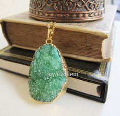 Ein Grüner Druzy Halskette. Ein Geode Edelstein mit von Jewelsalem, $29.00