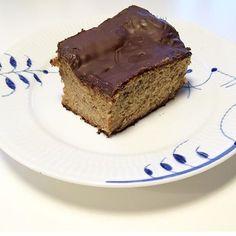 Proteinbanankage. 4 æg 3 modne bananer (cirka 250-300 gram) 100 gram vaniljeproteinpulver 45 gram havregryn 1 tsk bagepulver 1 dl skummetmælk 85 gram mørk chokolade (mindst 70% kakaoindhold)  Fremgangsmåde:  Forvarm ovnen på 175 grader. Mos bananerne med en gaffel og tilsæt resten undtagen chokoladen. Bages i et ovnfast fad i cirka 40 minutter (175 grader). Når man kan stikke en gaffel i kagen, uden der kommer dej på den er den færdig, stil den derefter til afkøling.