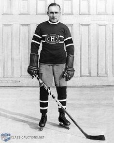 Howarth William Morenz (dit « Howie ») aussi surnommé le météore Mitchell (né le 21 septembre 1902 à Mitchell en Ontario au Canada et décédé le 8 mars 1937 à Montréal au Québec) est un joueur professionnel de hockey sur glace canadien de la Ligue nationale de hockey. Dès ses débuts en 1923-1924, il s'établit comme l'un des meilleurs marqueurs de la jeune LNH. Sa vitesse, son talent et son style spectaculaire soulevaient les amateurs qui bondissaient de leur siège. Montreal Canadiens, Mtl Canadiens, Nhl, Hockey Pictures, Sports Pictures, Ice Hockey Teams, Hockey Players, Club, Football Memes