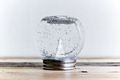 Make your own snow globe out of a tiny jar with this very easy and cheap DIY project! Christmas Mason Jars, Christmas Ornament Crafts, Christmas Projects, Christmas Decorations, Happy Christmas Day, Christmas Diy, Diy Snow Globe, Snow Globes, Diy Bottle Lamp