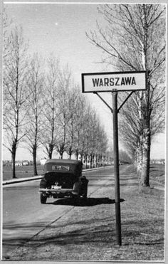 Warsaw 1945 Foto: Leonard Sempoliński Warsaw Guide, Vintage Photographs, Vintage Photos, Poland People, Old Photography, Warsaw Poland, Historical Pictures, Old City, Far Away