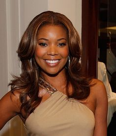 Gabrielle Union Medium Curls - Gabrielle finished off her nude one-shoulder dress with center part medium curls. Gabrielle Union Hairstyles, Medium Hair Styles, Natural Hair Styles, Medium Curls, Blowout Hair, Vintage Black Glamour, Black Girls Hairstyles, Natural Curls, African Beauty